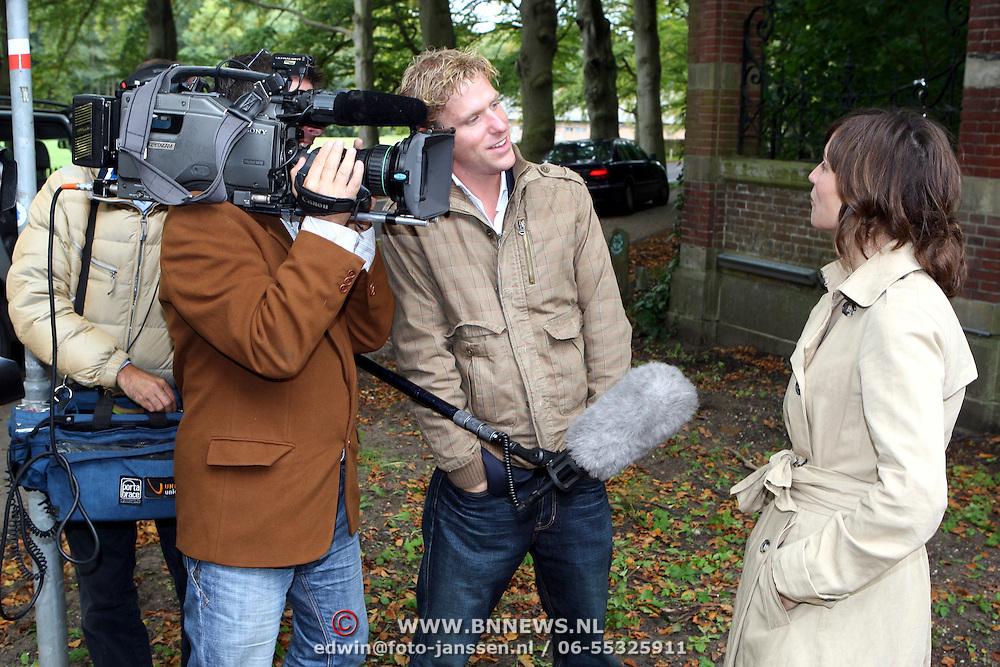 NLD/Overveen/20070921 - Huwelijk Ruud de Wild en Aafke Burggraaff, Daphne Bunskoek word geintervied door RTL Boulevard