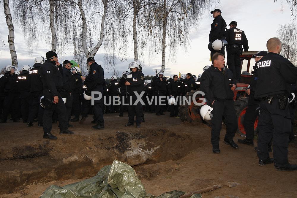 Im Umfeld der großen Anti-Atom-Kundgebung bei Dannenberg im Wendland unterhöhlen Atomkraftgegner eine der beiden möglichen Transportrouten für den Castor. Die Polizei setzt zur Räumung Schlagstöcke und Pfefferspray ein. <br /> <br /> Ort: Splietau<br /> Copyright: Andreas Conradt<br /> Quelle: PubliXviewinG