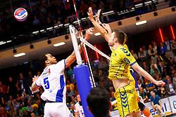 20150426 NED: Eredivisie Landstede Volleybal - Abiant Lycurgus, Zwolle<br />Gino Naarden (5) of Abiant Lycurgus, Tom van den Boogaard (9) of Landstede Volleybal<br />©2015-FotoHoogendoorn.nl / Pim Waslander