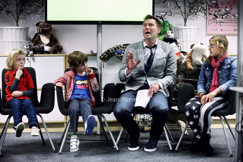 Nederland, Amsterdam , 30 oktober 2013.<br /> ijdens de jaarlijkse pluchen speelgoedactie doneert IKEA voor elk verkocht pluchen speelgoed, ongeacht prijs of grootte, 1 euro aan onderwijsprojecten van UNICEF en Save the Children. .<br /> <br /> Met deze pluchen speelgoedactie wil IKEA samen met haar klanten kinderen een betere toekomst geven. Met de opbrengst worden onderwijsprojecten in meer dan 30 landen in Azië, Afrika en Centraal- en Oost-Europa gefinancierd.<br /> Op de foto: tv presentator en ambassadeur Unicef Sipke Jan Bousema tijdens perspresentatie bij filiaal IKEA in Amsterdam Zuid Oost.<br /> Foto:Jean-Pierre Jans