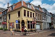 Een voetganger moet in Utrecht uitwijken voor een afslaande fietser.<br /> <br /> A pedestrian has to mve for a cyclist in Utrecht.