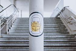 THEMENBILD - leerer Aufgang zur Liftstation mit dem Hinweisschild FFP 2 Maskenpflicht, aufgenommen am 18. Januar 2021 in Kaprun, Österreich // Empty stairway to the lift station with the sign FFP 2 Mask obligation, Kaprun, Austria on 2021/01/18. EXPA Pictures © 2021, PhotoCredit: EXPA/ JFK