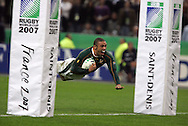 Pic by Andrew Orchard.IRB Rugby World Cup 2007. action from the Semi Final match between South Africa and Argentina at the Stade de France in Paris on 14th October 2007. Bryan Habana of South Africa dives between the posts to score his 2nd try of the match..
