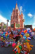 MEXICO, COLONIAL CITIES San Miguel de Allende, balloon vendor
