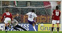 Fotball<br /> Serie A Italia<br /> Foto: Graffiti/Digitalsport<br /> NORWAY ONLY<br /> <br /> Roma 27/11/2005 <br /> <br /> Roma v Fiorentina 1-1<br /> <br /> Luca Toni scores draw on penalty.