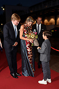 Koning Willem-Alexander en koningin Maxima zijn aanwezig bij de  premierevoorstelling Ode aan de Meester, een eerbetoon aan choreograaf. <br /> <br /> King Willem-Alexander and Queen Maxima are present at the premiere performance Ode aan de Meester, a tribute to choreographer.<br /> <br /> Op de foto / On the photo:  Overhandiging bloemboeket aan Koningin Maxima door Hugo Gremillet, zoon van eerste soliste Igone de Jongh<br /> <br /> Handing over flower bouquet to Queen Maxima by Hugo Gremillet, son of first soloist Igone de Jongh
