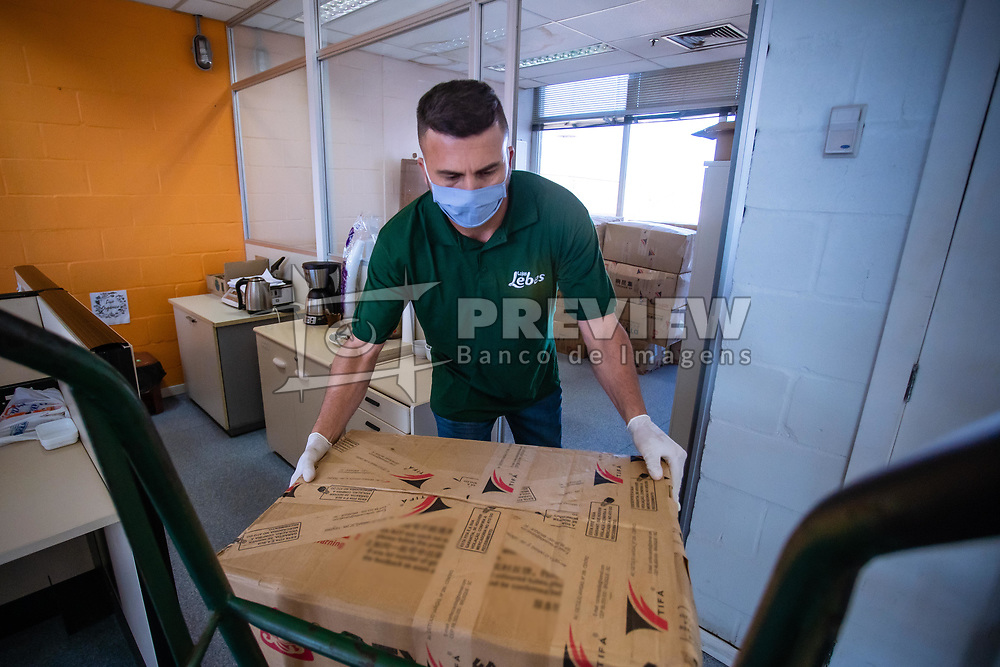 Fotos da entrega das máscaras no Parque Gráfico da RBS. FOTO: Cesar Lopes/ Agência Preview