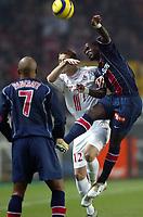 Fotball<br /> Frankrike 2004/05<br /> Paris Saint Germain v Lille<br /> 4. desember 2004<br /> Foto: Digitalsport<br /> NORWAY ONLY<br /> BERNARD MENDY (PSG) / MATHIEU BODMER (LIL)