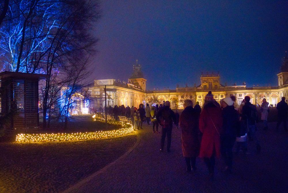 Warszawa, 2018-11-10. Zespół pałacowo-parkowy w Wilanowie. Jesienno-zimowa instalacja - Królewski Ogród Światła to  rozświetlającą ogród przy pałacu w Wilanowie. W tym roku pod nazwą Muzyczny Ogród Marzeń – łączy światło z muzyką klasyczną.