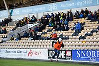 Fotball , Tippeligaen , Eliteserien 2018<br /> 17.03.2018 , 20180317<br /> Lillestrøm - Sarpsborg 08<br /> En Sarpsborg 08 spiller varmer opp foran en glissen tribune<br /> Foto: Sjur Stølen / Digitalsport