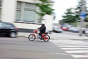 Een man rijdt op een oude Zundapp door Rotterdam.<br /> <br /> A man is riding on an old Zundapp moped in Rotterdam.