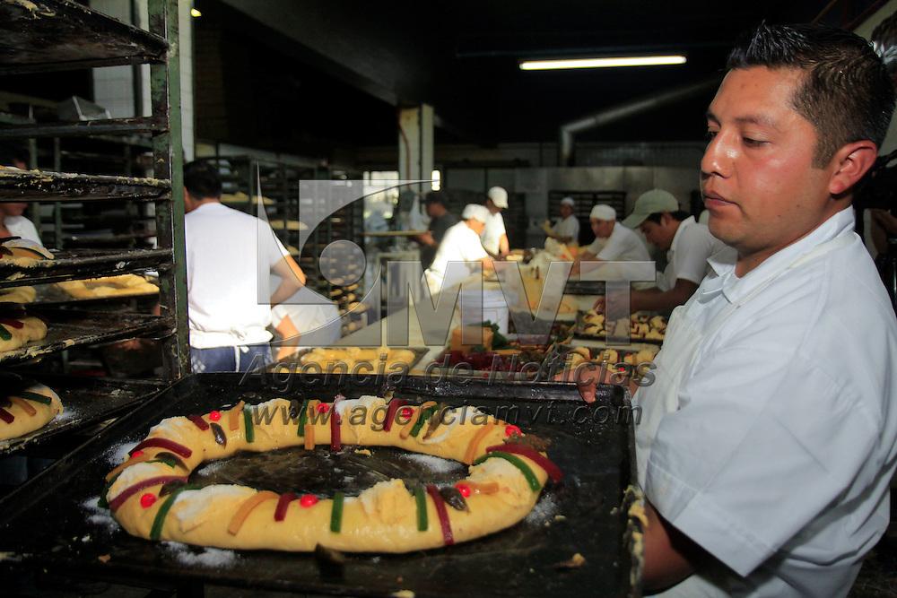 Toluca, México.- Las panaderías de Toluca  se encuentran elaborando la tradicional Rosca de Reyes, desde muy temprana hora las manos de panaderos comienzan a trabajar sobre todo este fin de semana para tener listo el pan que familias mexiquenses podrán degustar este pan el próximo 6 de enero. Agencia MVT / Crisanta Espinosa