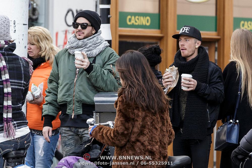 NLD/Amsterdam/20150131 - Adam Lambert van de Popgroep Queen en zijn vriend Saul Koskinen wandelend door Amsterdam - Adam Lambert of the popgroup Queen strolling trough Amsterdam with boyfriend Saul Koskinen