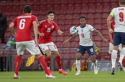 Christian Nørgaard (Danmark) og Raheem Sterling (England) under UEFA Nations League kampen mellem Danmark og England den 8. september 2020 i Parken, København (Foto: Claus Birch).