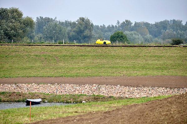Nederland, Ooijpolder, 26-9-2014Nederland gaat de komende 30 jaar ongeveer 20 miljard euro investeren in nieuwe maatregelen om het land te beschermen tegen hoogwater en te zorgen voor voldoende zoetwater. Versterking, versterken, verhogen, verhoging, van de rivierdijken. Hier in de Ooijpolder heeft men aan de voet van de dijk in een scherpe bocht extra keien, stenen, aangebracht om afkalving van het dijklichaam door golfslag van het water te voorkomen.Between Nijmegen and the village Ooy,Ooij, the dike in the river Waal is reinforced and raised after the extremely high water level in early 1995.Foto: Flip Franssen/Hollandse Hoogte