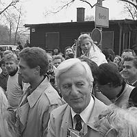 Sonntag 11. November 1989, von Ost nach West, morgens nach seinem ersten Grenzübertritt über die Glienicker Brücke. Auch zu einem anderen Anlaß hatte ich Gelegenheit, diese Persönlichkeit zu porträtieren. Der Gesichtsausdruck, typisch für ihn, den Menschen immer zugewandt, gleichzeitig in sich ruhend, mit seiner ihm eigenen Zurückhaltung. Ein großer Bundespräsident.