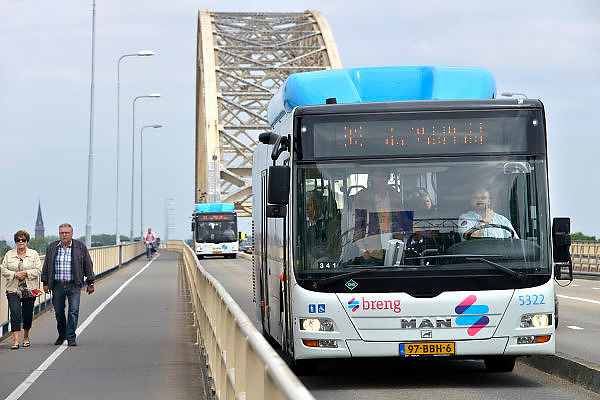 Nederland, Nijmegen, 10-6-2013Twee stadsbussen van Breng rijden over de Waalbrug.Breng, onderdeel van Hermes. Stadsbus van regiovervoerder Breng rijdt sinds december 2012 op groen gas, biologisch gas wat uit gft afval wordt gewonnen bij o.a. de ARN in Weurt. Openbaar vervoer, busvervoer in de regio Arnhem Nijmegen.Foto: Flip Franssen/Hollandse Hoogte
