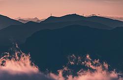 THEMENBILD - Bergsilhouetten und Strommasten mit Wolken bei Sonnenaufgang, aufgenommen am 16. September 2018 in Saalbach Hinterglemm, Österreich // Mountain silhouettes and electricity pylons with clouds at sunrise, Saalbach Hinterglemm, Austria on 2018/09/16. EXPA Pictures © 2018, PhotoCredit: EXPA/ Stefanie Oberhauser