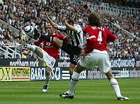 Fotball<br /> England 2005/2006<br /> Foto: SBI/Digitalsport<br /> NORWAY ONLY<br /> <br /> FA Barclays Premiership<br /> Newcastle United v Manchester United<br /> 28th August, 2005<br /> <br /> Newcastle's Lee Bowyer (C) battles with Manchester United's Paul Scholes (L)