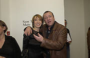 Sam Taylor Wood and Ray Winstone. Sam Taylor Wood opening. White Cube. London. 22 Nov 2001. © Copyright Photograph by Dafydd Jones 66 Stockwell Park Rd. London SW9 0DA Tel 020 7733 0108 www.dafjones.com