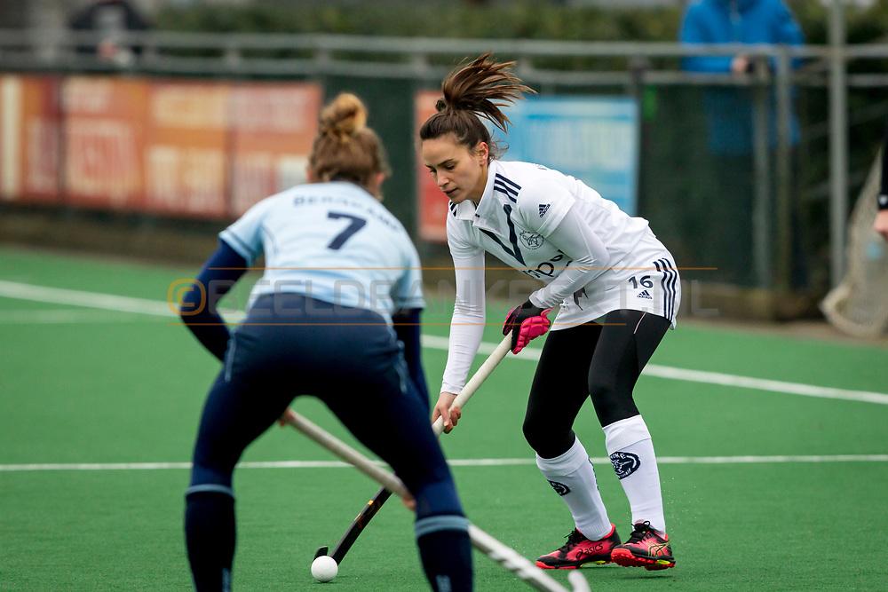LAREN -  Hockey Hoofdklasse Dames: Laren v Pinoké, seizoen 2020-2021. Foto: Juliette van Hattum (Pinoké) tegenover Yasmin Bergkamp (Laren)
