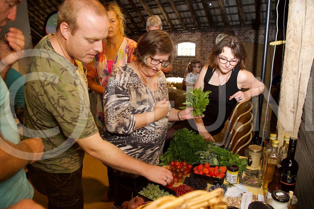 DE KRIM - Cursus koken met duurzame producten.<br /> Foto: Uitzoeken van de groente.<br /> FFU Press Agency copyright Frank Uijlenbroek