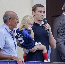 July 20, 2018 - Macon, France - ANTOINE GRIEZMANN ET SA FILLE  MIA DE RETOUR A MACON .APRES SON TITRE DE CHAMPION DU MONDE (Credit Image: © Panoramic via ZUMA Press)