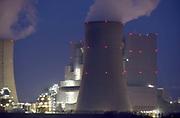 Duitsland, Grevenbroich, 28-11-2019 Bruinkoolcentrale, gestookt met bruinkool uit de open bruinkoolmijn Garzweiler. De mijn en centrales zijn eigendom van energiemaatschappij RWE. Noordrijn-Westfalen heeft het besluit genomen om de bruinkoolmijn Garzweiler II in te perken. Het besluit van de deelstaatregering wordt uitgelegd als een belangrijke koerswijziging in de richting van een definitieve afbouw van de bruinkoolmijn. De bruinkoolmijn en de bijbehorende energiecentrales blijven zeker tot 2030 in bedrijf. Energiebedrijf RWE, de eigenaar van de mijn, heeft een concessie tot 2045. De bruinkoolgebieden liggen niet ver van de grens met Nederland en de uitstoot van de centrales beinvloeden de luchtkwalitiet in het Zuidoostelijk grensgebied. Foto: Flip Franssen