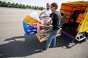 De VeloX V wordt uitgeladen voor de eerste testen. Op de RDW baan in Lelystad wordt getest met de VeloX 4, de fiets van vorig jaar, en voor het eerst ook met de nieuwste fiets, de VeloX V. In september wil het Human Power Team Delft en Amsterdam, dat bestaat uit studenten van de TU Delft en de VU Amsterdam, een poging doen het wereldrecord snelfietsen te verbreken, dat nu op 133,8 km/h staat tijdens de World Human Powered Speed Challenge.<br /> <br /> At the RDW track in Lelystad the team tests wit the VeloX 4 and for the first time with the VeloX V. With the special recumbent bike the Human Power Team Delft and Amsterdam, consisting of students of the TU Delft and the VU Amsterdam, also wants to set a new world record cycling in September at the World Human Powered Speed Challenge. The current speed record is 133,8 km/h.