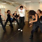 NLD/Amsterdam/20061002 - Perspresentatie musical Oebele, Joris Lutz en danseressen