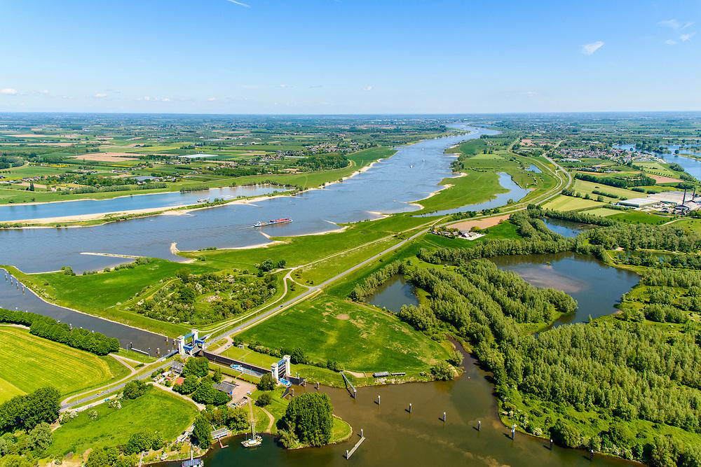 Nederland, Gelderland, Gemeente Maasdriel, 13-05-2019; Heerewaarden, Kanaal van Sint Andries met sluis, verbinding tussen Waal (links) en Maas elkaar bijna raken. Op de landengte ligt ook Fort Sint-Andries. In  het kader van het Maasoeverpark, zal er een ontwikkeling plaatsvinden van een landschapspark. Daarin ruimte voor de natuur, de landbouw en  'ruimte voor de rivier'  (bescherming tegen hoogwater door waterstandverlaging).<br /> Heerewaarden, where the river Maas (Meuse, right) and Waal almost touch, divided bij a isthmus. In to the canal the lock of St. Andries and an old fortress. <br /> Part of Maasoeverpark, development of a landscape park in which space for nature is combined with 'space for the river', protection against high water by lowering the water level.<br /> aerial photo (additional fee required);<br /> luchtfoto (toeslag op standard tarieven);<br /> copyright foto/photo Siebe Swart