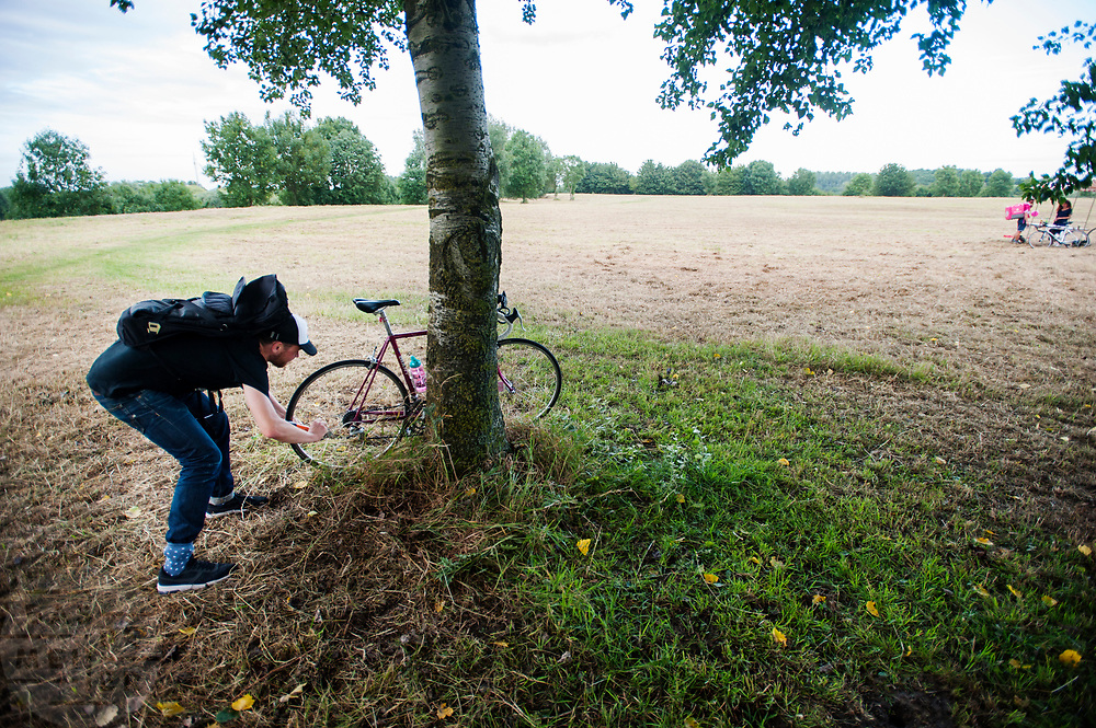 Een 'politieagent' zet een fiets op slot van een koerier die dat niet heeft gedaan. De koerier krijgt hiervoor straftijd. In Nieuwegein wordt het NK Fietskoerieren gehouden. Fietskoeriers uit Nederland strijden om de titel door op een parcours het snelst zoveel mogelijk stempels te halen en lading weg te brengen. Daarbij moeten ze een slimme route kiezen.<br /> <br /> A 'police officer' locks a bike of a messenger who failed to do it, the messenger also gets a time penalty. In Nieuwegein bike messengers battle for the Open Dutch Bicycle Messenger Championship.