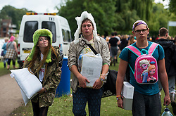 ©  London News Pictures. 27/08/2015. Reading, UK. Music Fans brave muddy and wet conditions while arriving at Reading Festival on August 27, 2015. The three day event, which attracts over 80,000 music revellers, opens officially tomorrow (Friday) and will headline Mumford & Sons, Metallica and The Libertines. Photo credit: Ben Cawthra/LNP