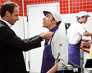 raymond werkt voor basta in supermarkt, wordt aangekleed door de baas.