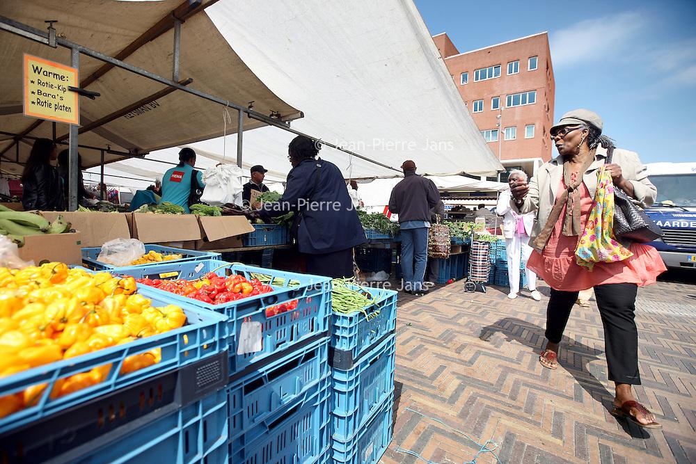 Nederland, Amsterdam , 20 mei 2010..Surinamers op de markt op de Anton de Komplein..Foto:Jean-Pierre Jans