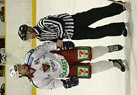 Ishockey, Stavanger Ishall, 16/10-03, Stavanger Oilers - Frisk Asker (5-2),<br />Sami Ville Saloma (Frisk Asker) fikk 2 min etter en slåsskamp og måtte føres vekk av dommeren<br />Foto: Sigbjørn Andreas Hofsmo