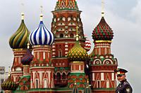 Rusia. Moscú..Policía en la Plaza Roja con la catedral de San Basilio al fondo ..© JOAN COSTA