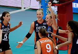 01-10-2014 ITA: World Championship Volleyball Servie - Nederland, Verona<br /> Nederland verliest met 3-0 van Servie en is kansloos voor plaatsing final 6 / Robin de Kruijf, Femke Stoltenborg, Judith Pietersen