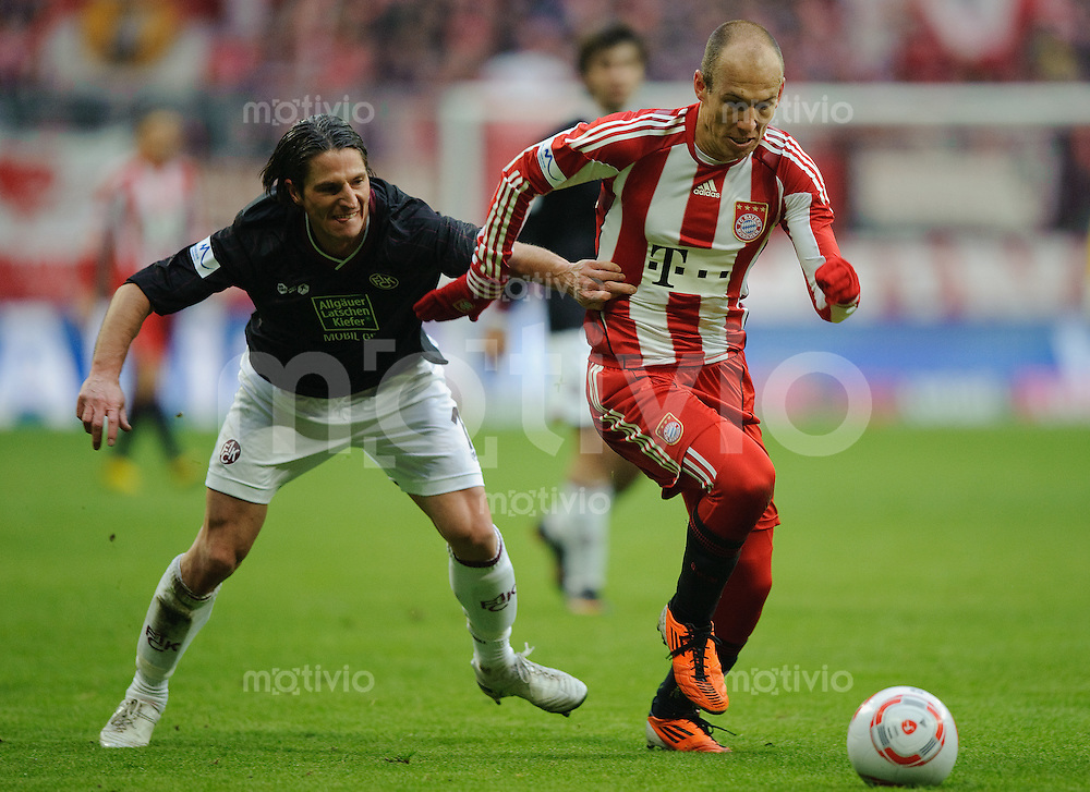 Fussball Bundesliga Saison 2010/2011 FC Bayern Muenchen - 1. FC Kaiserslautern V.l.: Alexander BUGERA (FCK) gegen Arjen ROBBEN (FC Bayern).