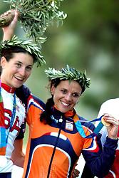18-08-2004 WIELRENNEN: TIJDRIT OLYMPIC GAMES: ATHENE<br /> Leontien Zijlaard van Moorsel pakt de gouden medaille op de tijdrit en zilver voor Deirdre Demet Barry<br /> ©2004-WWW.FOTOHOOGENDOORN.NL