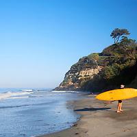 USA, California, Encinitas. Swami's Beach SUP Surfer.