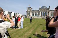 30 APR 2004, BERLIN/GERMANY:<br /> Gerhard Schroeder, SPD, Bundeskanzler, laesst sich von Schuelerinnen auf dem Weg zum Bundeskanzleramt vor dem Reichstagsgebaeude fotografieren, Platz der Republik<br /> IMAGE: 20040430-02-033<br /> KEYWORDS: Gerhard Schröder, Schüler, Schueler, Schülerinnen