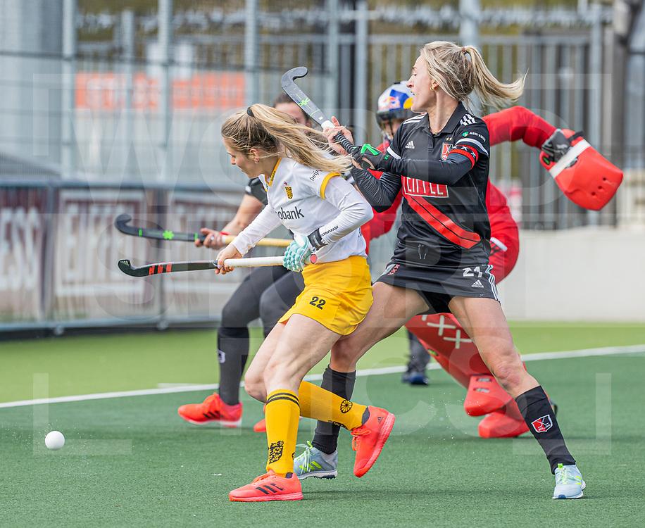 AMSTELVEEN -  Maartje Krekelaar (DenBosch) met Lauren Stam (Adam)  tijdens  de hoofdklasse hockey competitiewedstrijd dames, Amsterdam-Den Bosch (0-1)  COPYRIGHT WORLDSPORTPICS KOEN SUYK