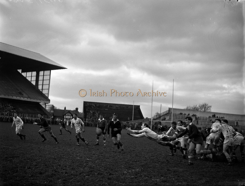 31/01/1959<br /> 01/31/1959<br /> 31 January 1959<br /> Final Irish Rugby International Trial at Lansdowne Road, Dublin. A.A. Mulligan, Whites scrum-half gets the ball well away following a scrum, with  L. Butler and J.R. Kavanagh, both Blues following up in this Rugby International trial.