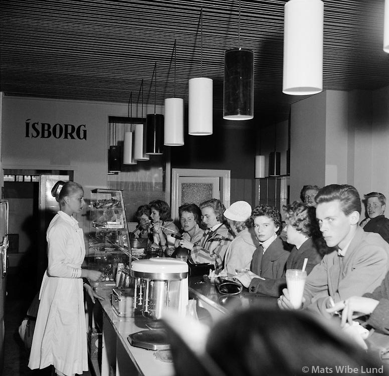 Ísbarinn Ísborg í Austurstræti, 1956<br /> <br /> Ísborg ice-cream parlour on Austurstræti, Reykjavík, 1956