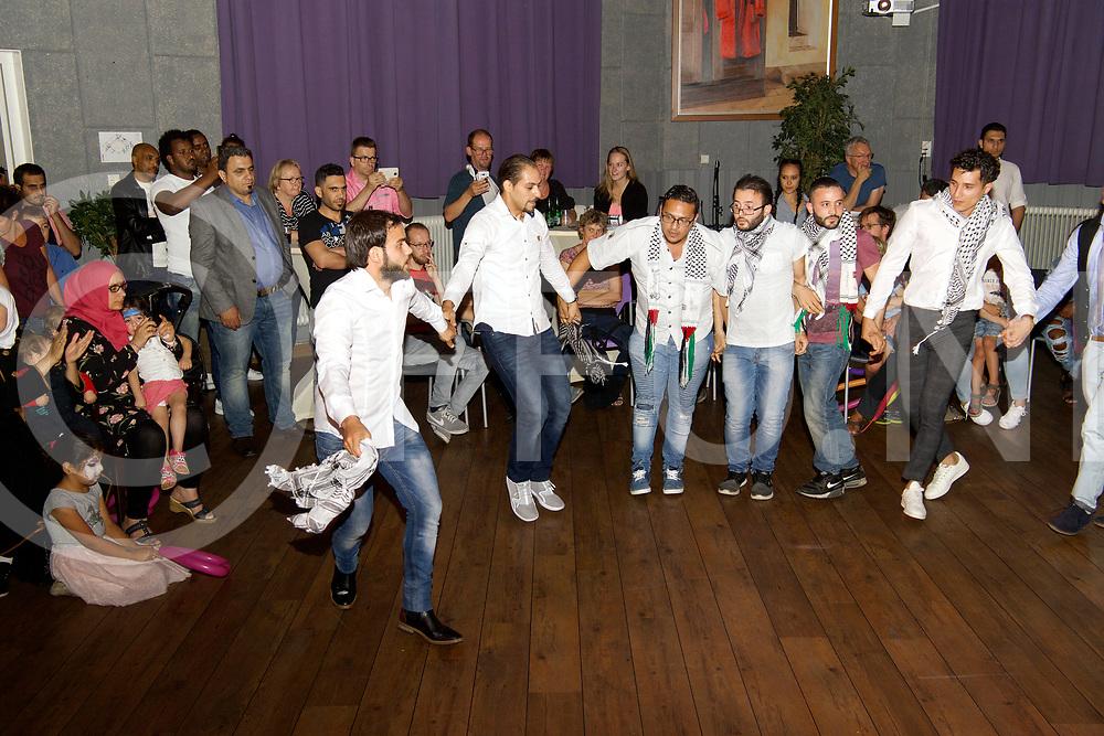 BALKBRUG - Good 2 meet you.<br /> Foto: Syrisch dans onder leiding van Alaa (l), die sinds 7 jaar in Dedemsvaart woont.<br /> FFU PRESS AGENCY COPYRIGHT FRANK UIJLENBROEK