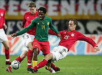 Fotball<br /> Privatlandskamp<br /> Tyskland v Kamerun<br /> 17. november 2004<br /> Foto: Digitalsport<br /> NORWAY ONLY<br /> Robert Huth, Jean Makoun, Fabian Ernst