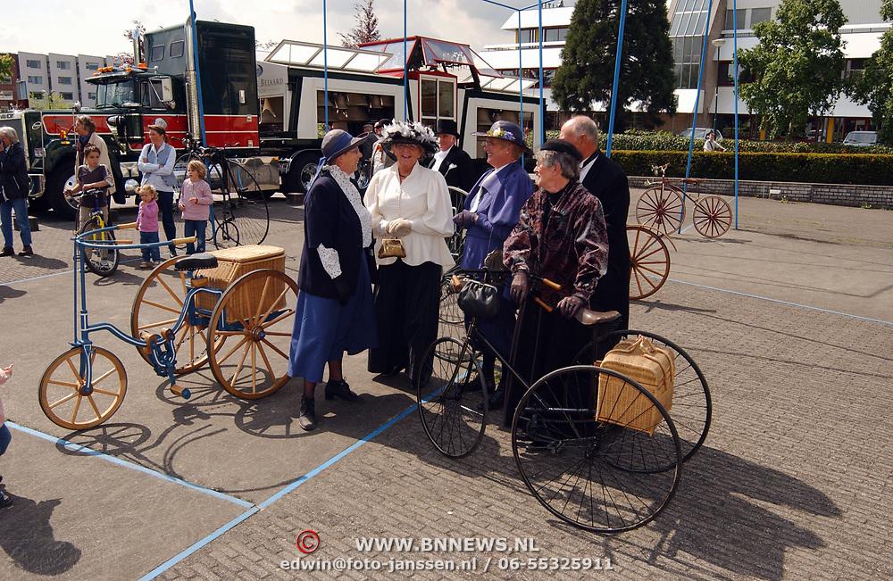 opening cultureel festival Soest, 18de eeus kleding en fietsen