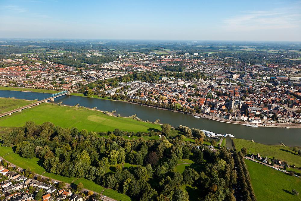 Nederland, Overijssel, Gemeente Deventer, 03-10-2010; zicht op de oostoever van de IJssel tegenoever het stadsfront. Op deze lokatie is een hoogwatergeul gepland, van rechts en langs en/of door De Worp naar de spoorbrug (links)..View on the east bank of the river IJssel with the the urban front. At this location a flood channel is planned, from the right via the woodland/park area to the railway bridge (left)..luchtfoto (toeslag), aerial photo (additional fee required).foto/photo Siebe Swart