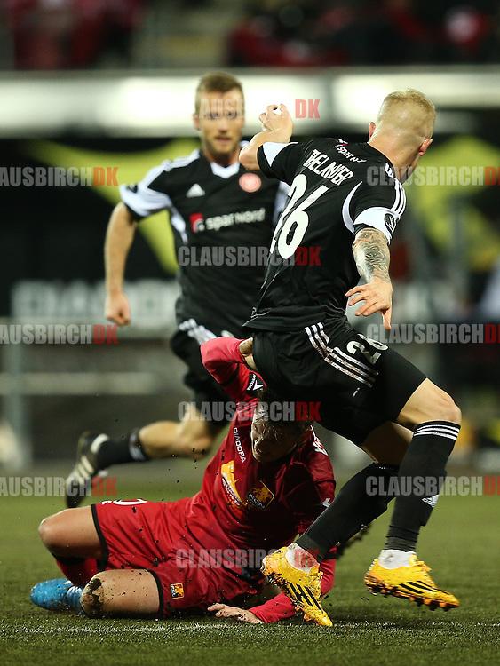 FODBOLD: Rasmus Thelander (AaB) begår frispark mod Kasper Lorentzen (FC Nordsjælland) under kampen i Superligaen mellem FC Nordsjælland og AaB den 27. oktober 2014 i Farum Park, Farum. Foto: Claus Birch